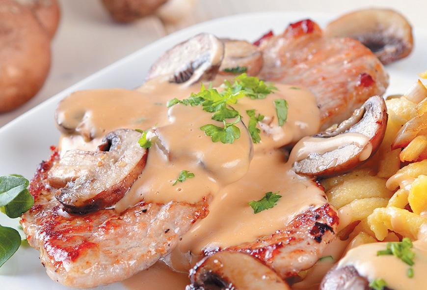 Filete de Cerdo en Salsa Blanca y Hongos con Pasta
